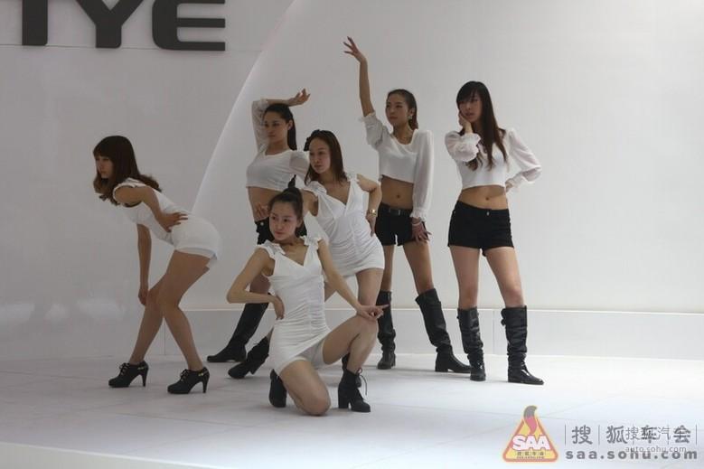 2012北京车展 众泰展台美女热舞彩排 车展论